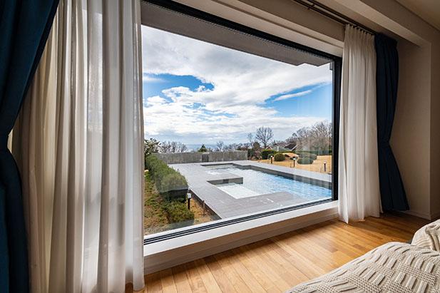 窓から見えるプール越しのオーシャンビュー2